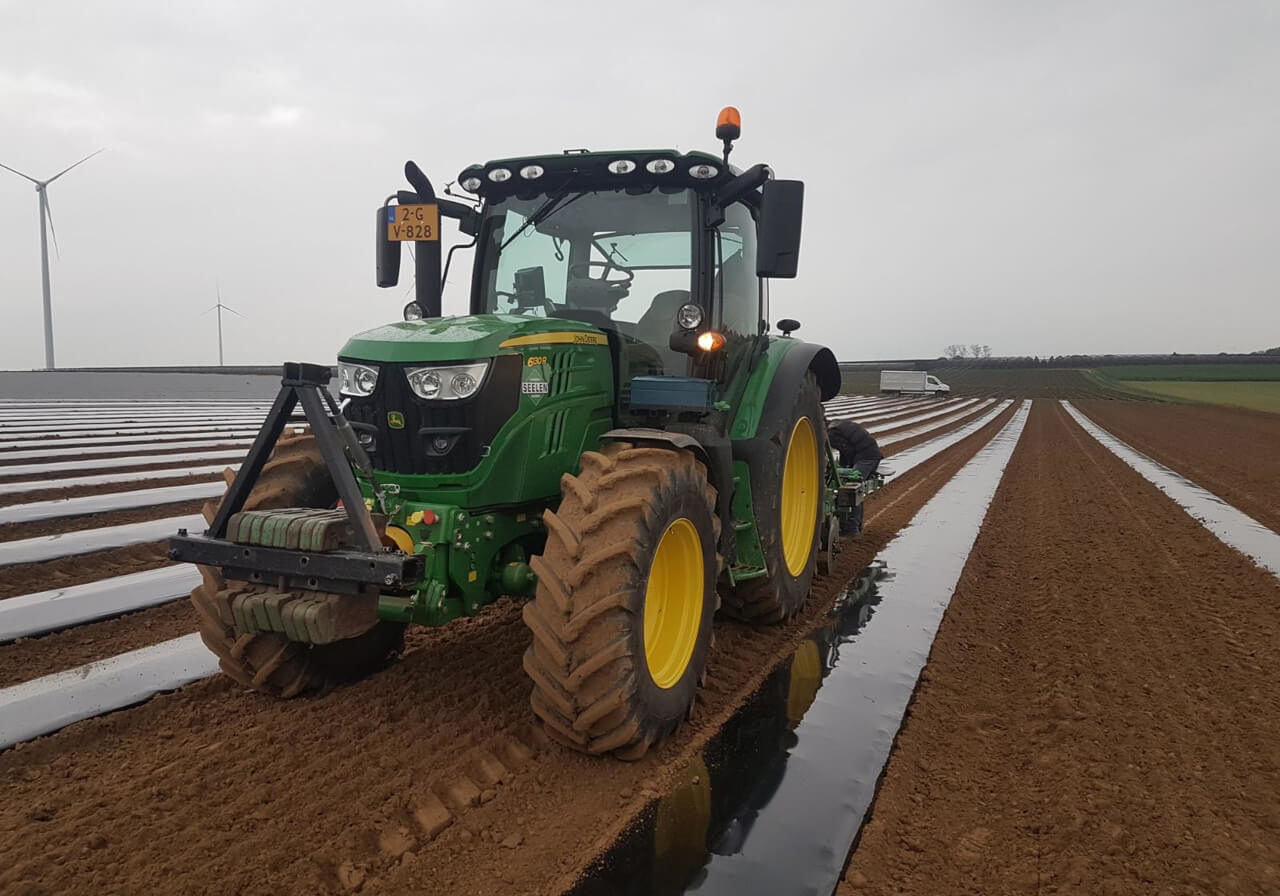 45a folie leggen met irrigatieleidingen voor productievelden